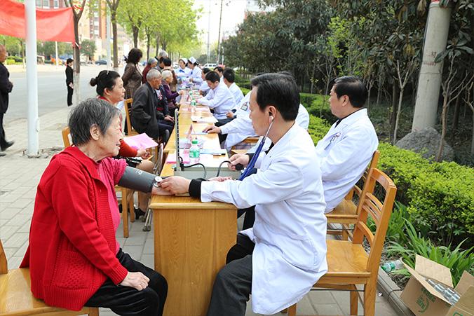 院党委组织专家到公职人员小区A区东门口开展义诊