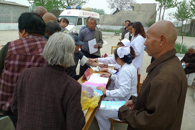 4月10日,院党委组织专家组深入郭连镇大墙村开展义诊活动