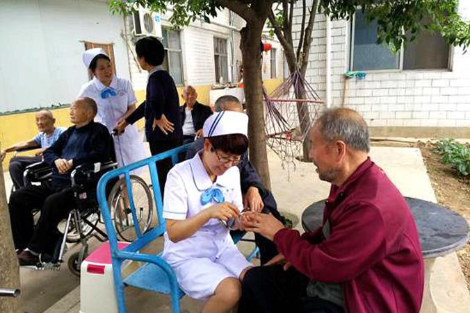 5月22日,院党委组织党员志愿者服务队走进阳光敬老院开展